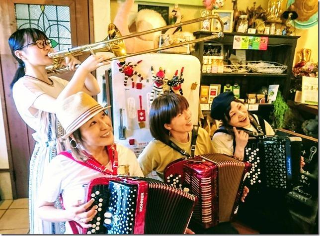 楽器を演奏する四人の女性